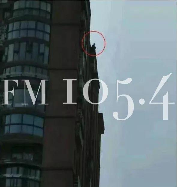 小区里看到一男孩像极了男友,杭州一女子竟哭着跑上18楼屋顶...