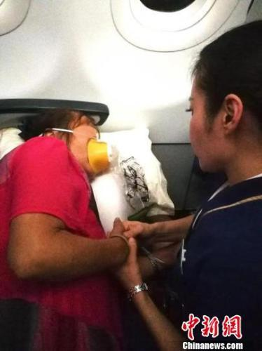 一乘客空中突发疾病呼吸困难 空姐座椅夹缝蹲守两小时