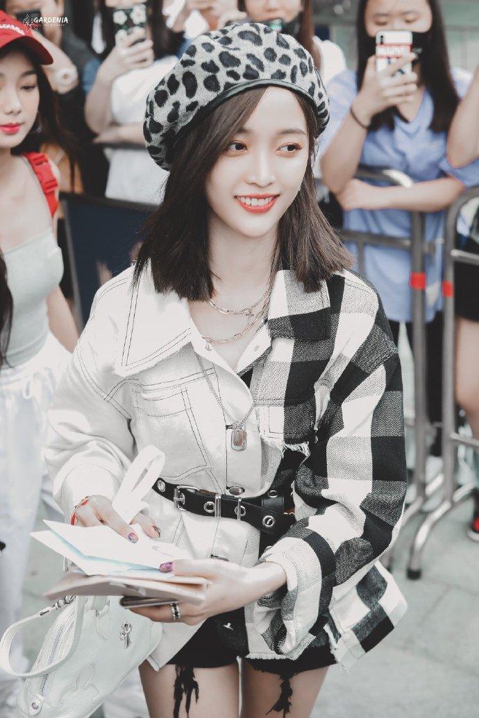吴宣仪穿拼接衬衫超时尚 收粉丝信件笑容甜