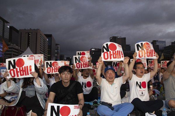 韩国超10万人雨中反日:谴责日本歪曲历史 经济侵略