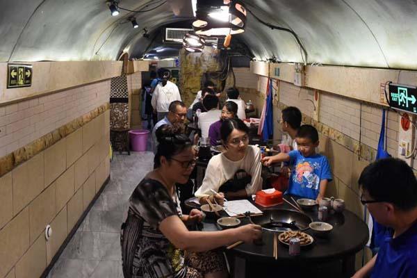 重庆高温天气持续 民众防空洞内吃火锅纳凉