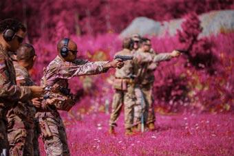 美军士兵在德国小镇射击训练 靶场环境超粉嫩