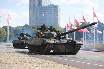 波兰举行盛大阅兵庆祝建军节 美德装备全亮相