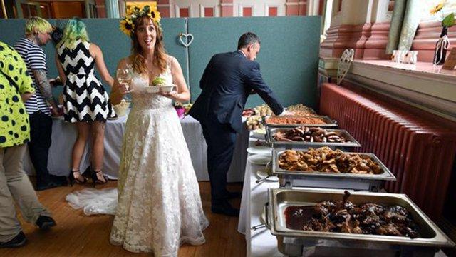 """英一对新婚夫妇用""""垃圾食物""""招待宾客 环保又省钱"""