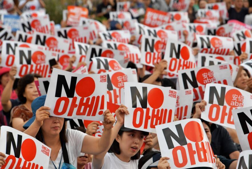 """""""谴责日本歪曲历史、经济侵略""""10万首尔人""""八·一五""""雨中反日"""