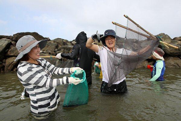韩国泰安传统捕鱼节开幕 游客用古法捕鱼妙趣横生