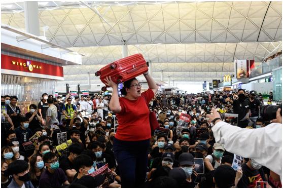 新加坡红衣女子,香港机场高举行