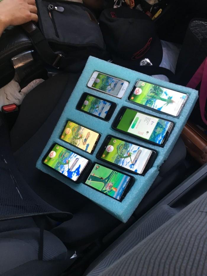 美一司机竟停在路上开着8台手机玩游戏