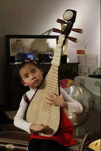 平均每天断2根弦!13岁失明女孩,用音乐感受世界