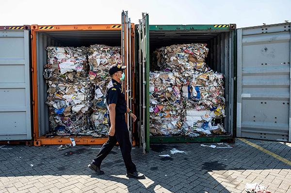 """印尼退回数百吨""""洋垃圾""""惹村民不满:收垃圾赚钱比种大米多"""