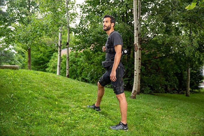 紧身和轻便的机械外骨骼借助AI在行走和跑步时帮助穿戴者