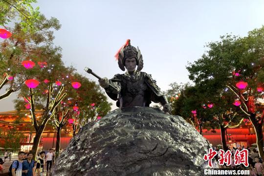 """西安网红""""石头人"""":能博大家欢笑是件开心的事情"""