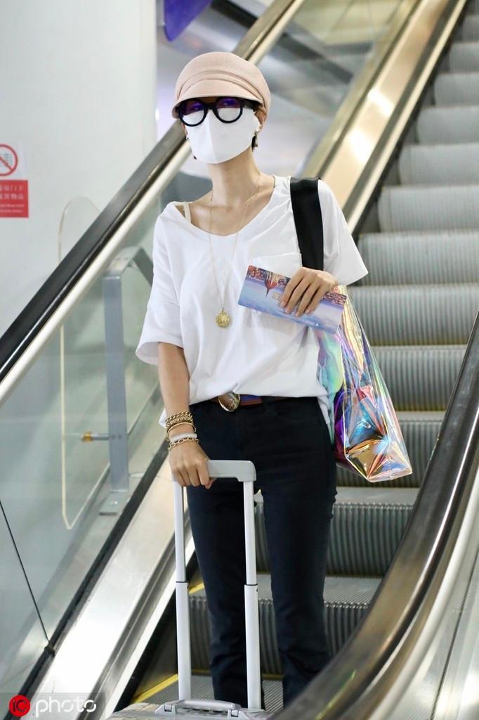 马伊琍现身机场包裹严实 口罩帽子眼镜齐备力求低调