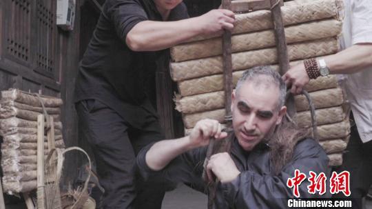 美国人付德明背起一百磅茶砖体验川藏茶马古道 钟欣 摄