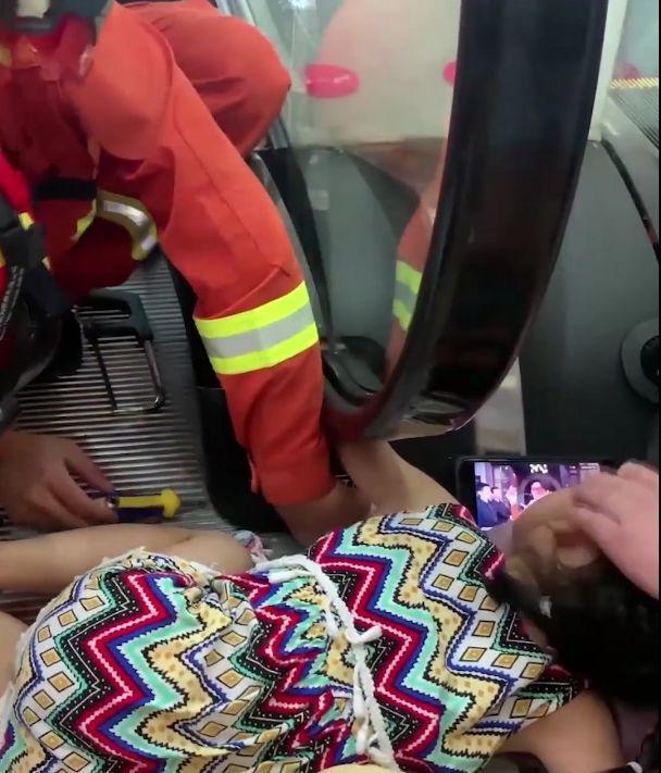 监控拍下揪心一幕:5岁女童手臂被卷入扶梯!这无码百合AV百度云资源