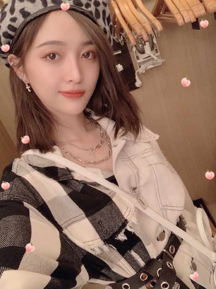 吴宣仪诟谇配穿搭超酷炫 对镜头放电秀美腿
