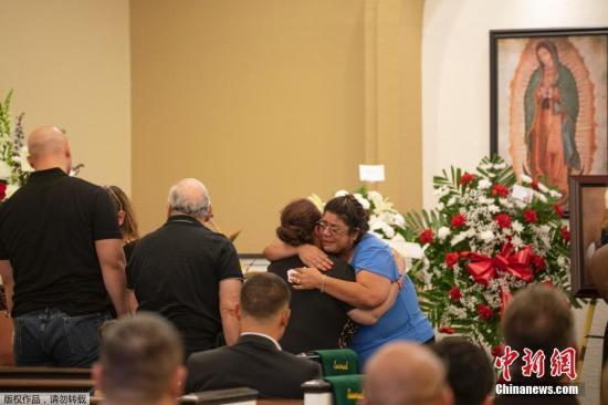 美得州举行枪击案遇难者追悼会 州长誓言不让仇恨蔓延