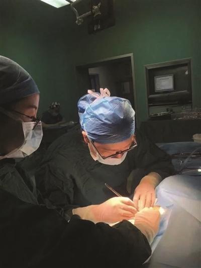 怀孕女医生边吸氧边手术:我歇了同事工作量就大了