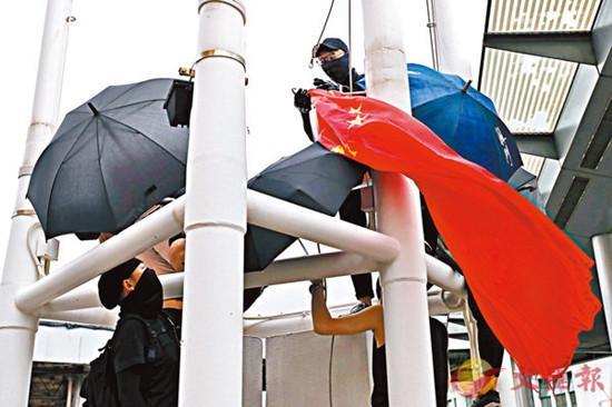 扯国旗扔入海的香港暴徒被捕:4男1女北京军事政变 身份曝光 - 第1张  | 长沙娱乐资讯博客-风影娱乐八卦资讯