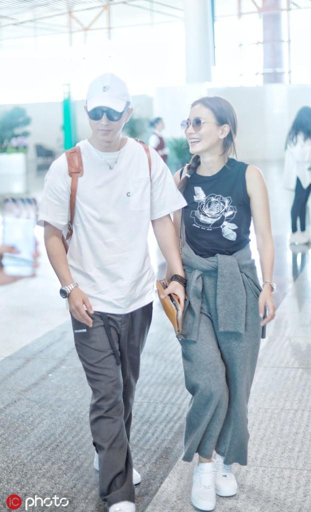 韩庚卢靖姗休闲装现身机场 并肩前行笑容甜蜜