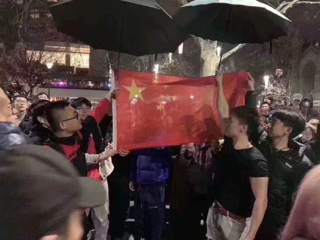 雨中唱国歌,给国旗打伞,今天的墨尔本冷中有暖