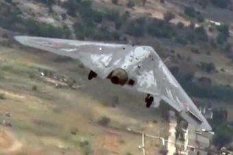 俄新型飞翼无人机试飞画面再公开 苏30战机护航