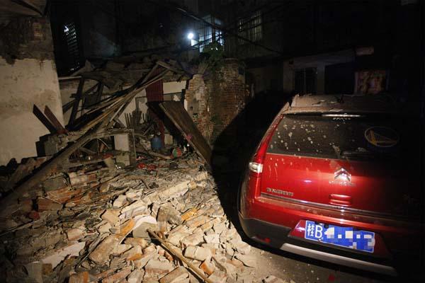民宅氢气罐发生爆炸 平房被炸成废墟