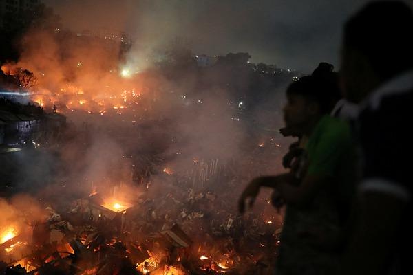 孟加拉国首都一贫民窟发生火灾 至少1000个棚屋被烧毁