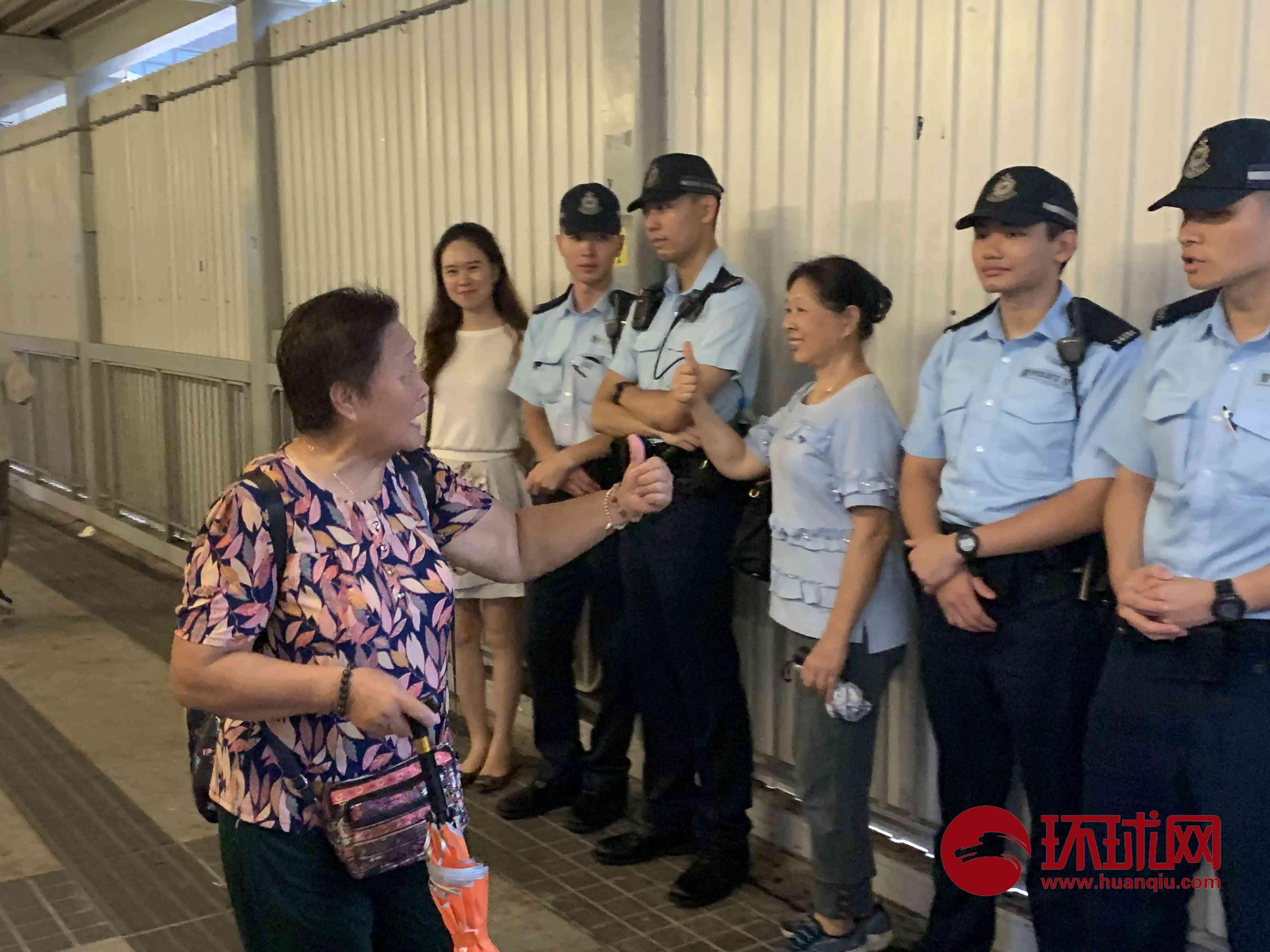 """香港""""反暴力、救香港""""大集会结束,民众与执勤警察合影"""