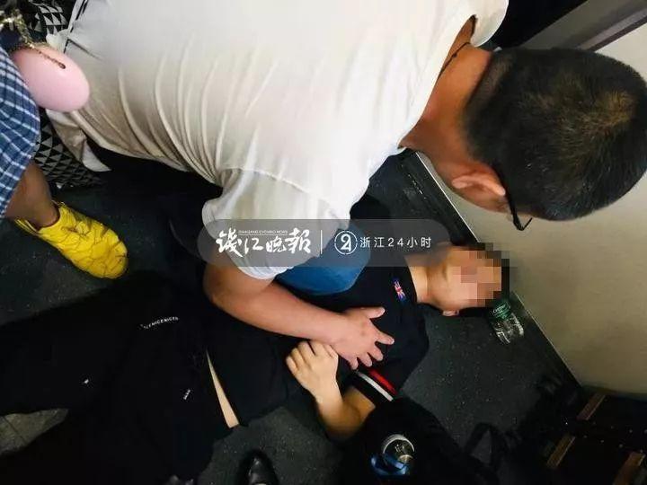 开往杭州的列车上,乘客夫妇突然扔下3岁孩子离开!所有人却为他们点赞