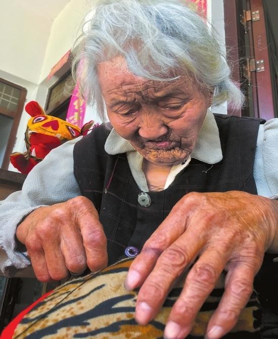 """做""""老虎枕""""扛起女儿一家生计 95岁励志婆婆:""""挣钱为让外孙娶上媳妇"""""""