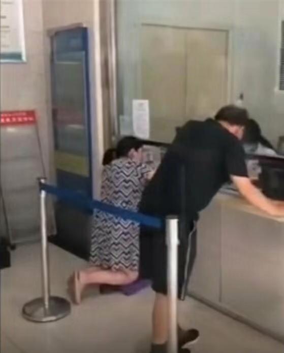 """济源人民医院回应""""窗口低孕妇跪着就诊"""":有凳子孕妇不想坐"""