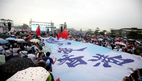 这场爱港大集会,有人读了一封警嫂催泪信函,有人从内地带来数百面国旗