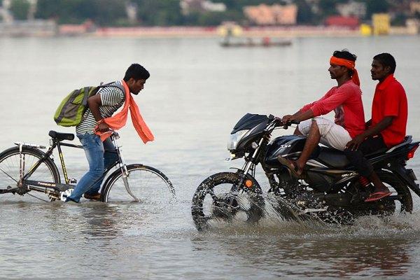 印度阿拉哈巴德因雨季河流水位上涨引发洪灾