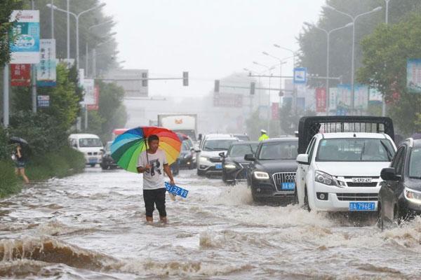 长春持续降雨双阳河堤决口 近6000人转移安置