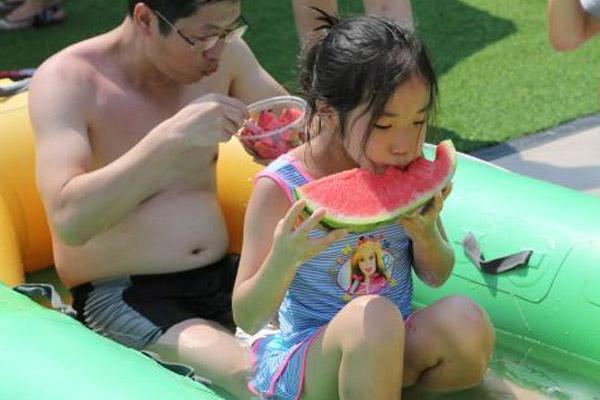 """重庆民众""""花式消暑"""":""""鱼疗池""""中吃冰镇西瓜比赛"""