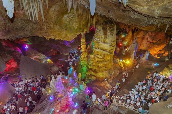 河南洛阳上万民众涌入山洞避暑纳凉赏溶洞奇观