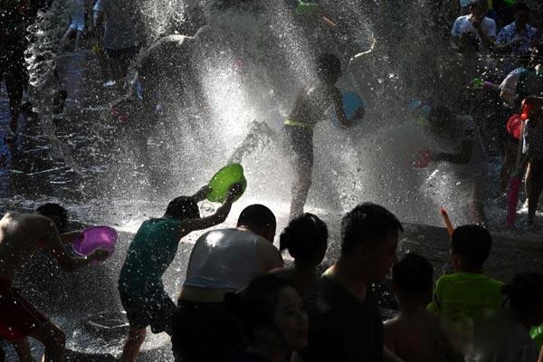 成都民众黄龙溪戏水狂欢解暑热