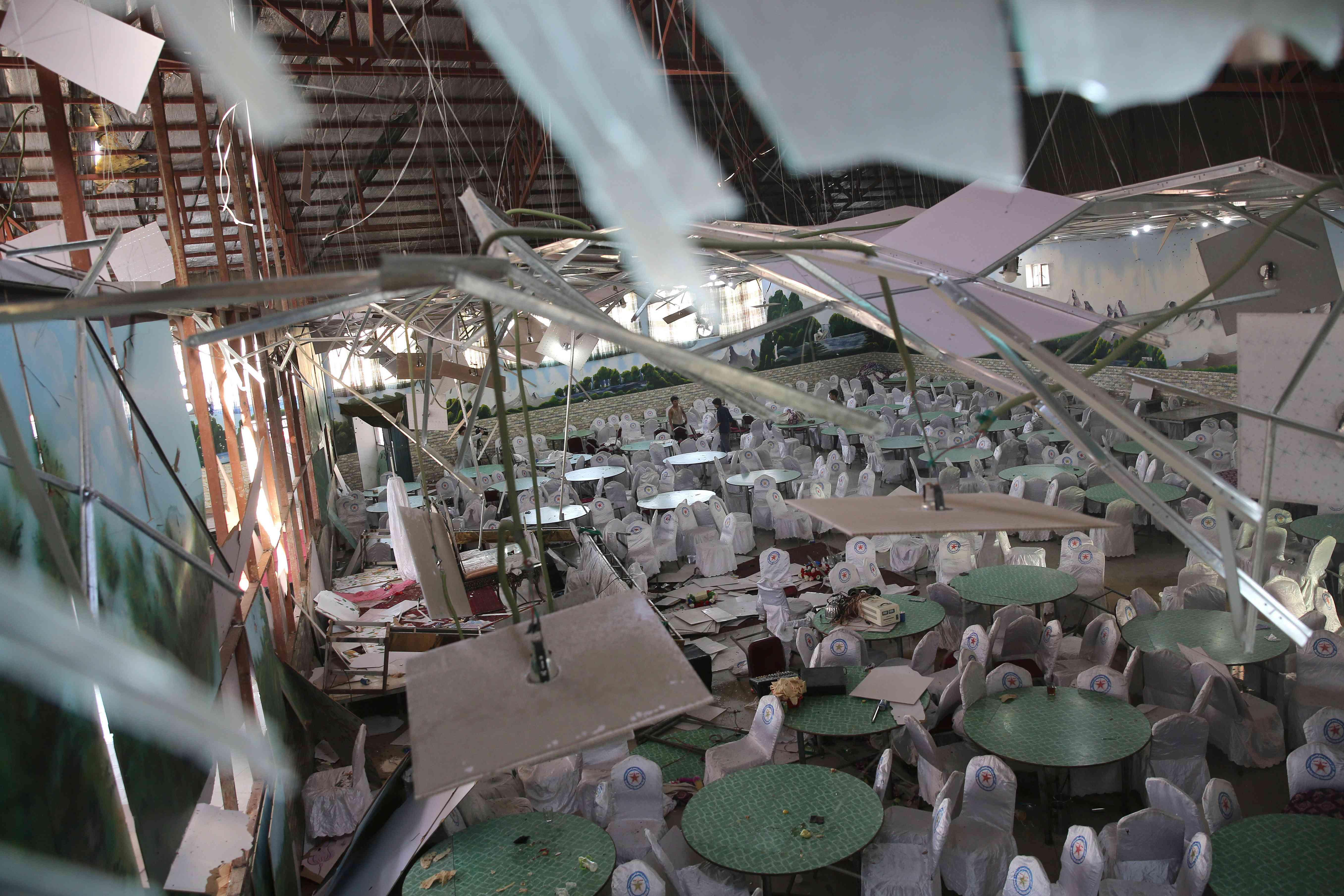阿富汗一婚礼现场遭袭致63死182伤 婚宴会场一片狼藉