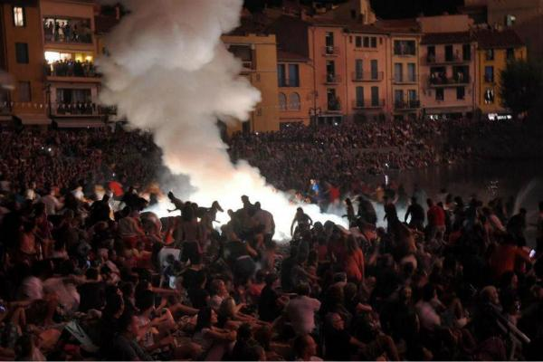 法国烟花晚会发生爆炸 13人受伤,碎片飞至40米外