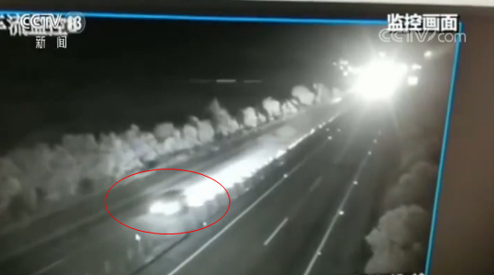 广西桂林一面包车高速路错过出口 竟在超车道逆行