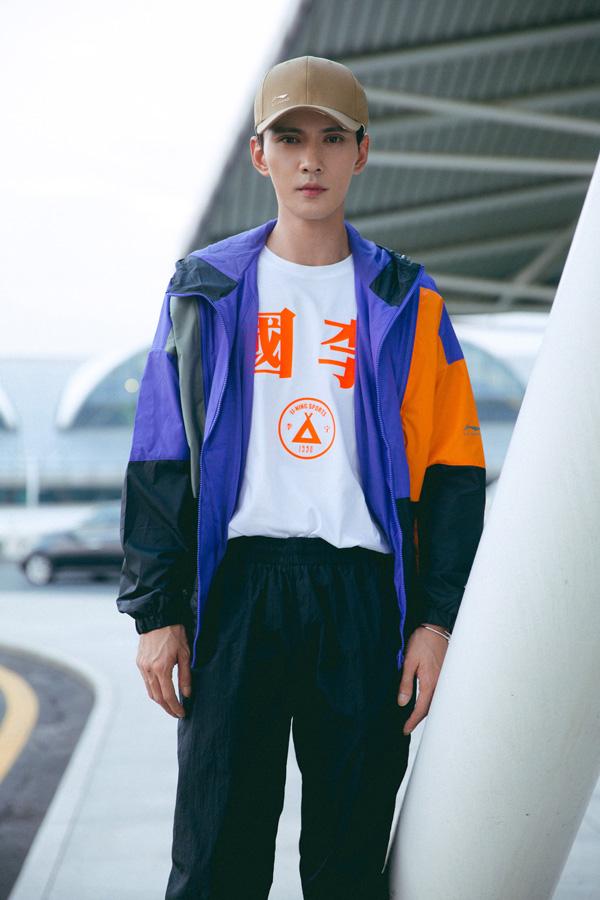 徐正溪休闲运动风装扮现身机场 初秋男友穿搭让人心动