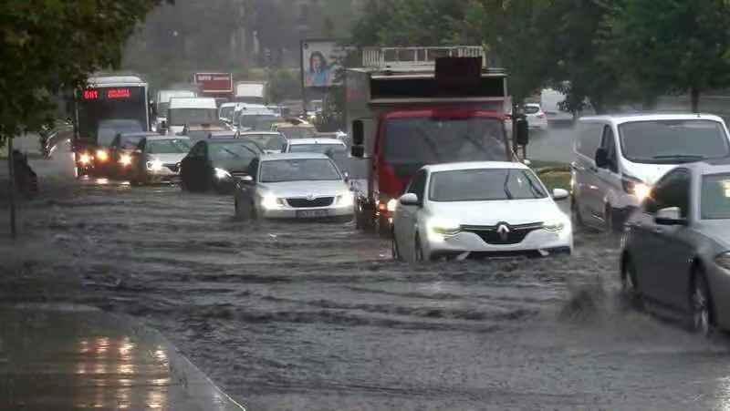土耳其伊斯坦布尔遭遇强降雨致1人死亡 多地交通枢纽停摆