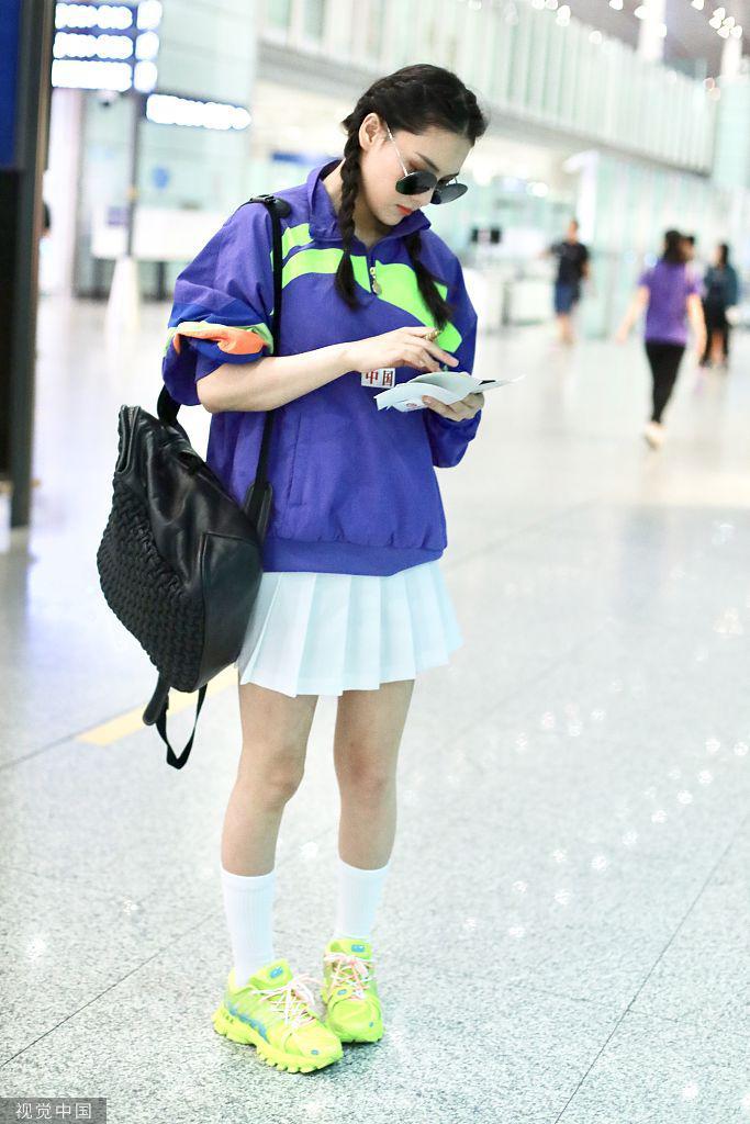辣妈张馨予复出机场似走秀 梳麻花辫秀美腿秒变少女