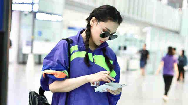 张馨予复出机场似走秀 梳麻花辫秒变少女