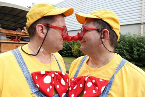 一模一样!法国举行一年一度多胞胎聚会