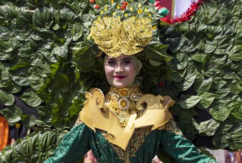 印尼多地民众身着节日盛装欢庆第74个独立日