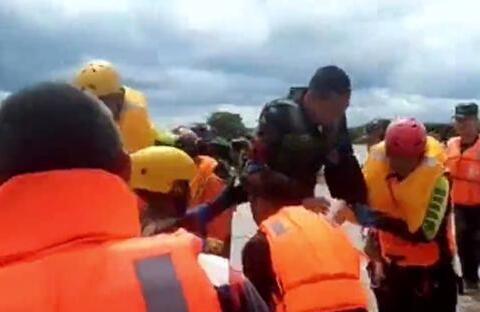 堤坝上三人被困 武警航拍机锁定其位置