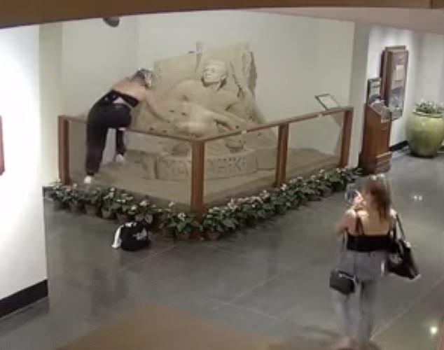 夏威夷两女游客在酒店内破坏精美沙雕 事后逃跑