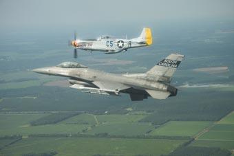 美军二战名机现在还能飞 与F-16编队飞行